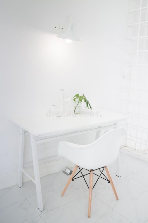 Interior moderno del apartamento con la base en blanco imágenes de archivo libres de regalías
