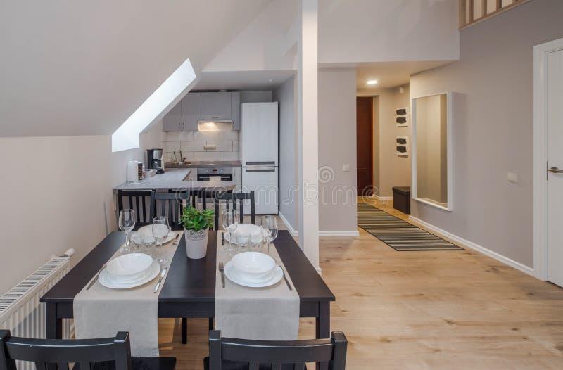 Interior moderno del apartamento-estudio Cocina y cuarto de invitados Ventanas del ?tico imagenes de archivo
