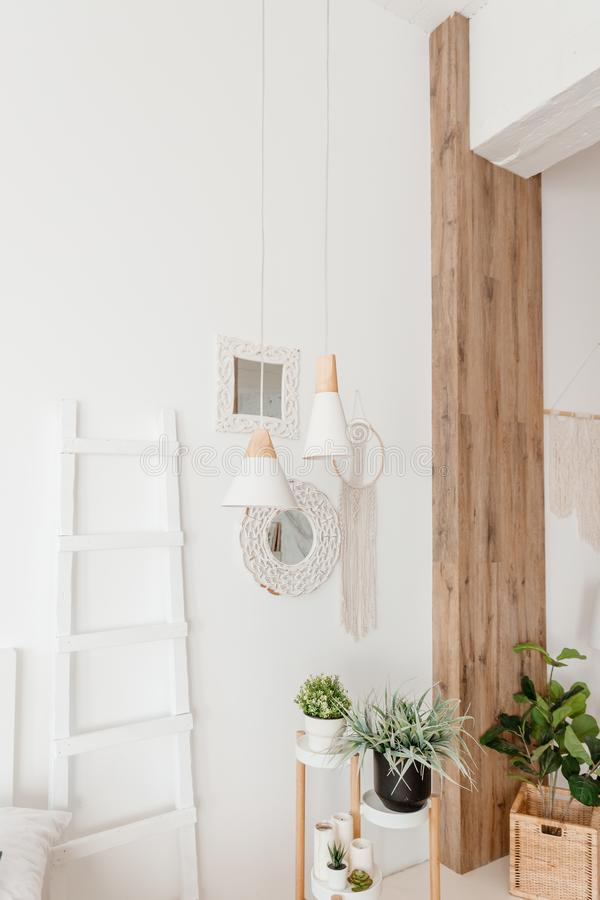Interior moderno del boho de la sala de estar en el apartamento acogedor Estilo escandinavo de Minimalistic, escalera interior, p imagenes de archivo