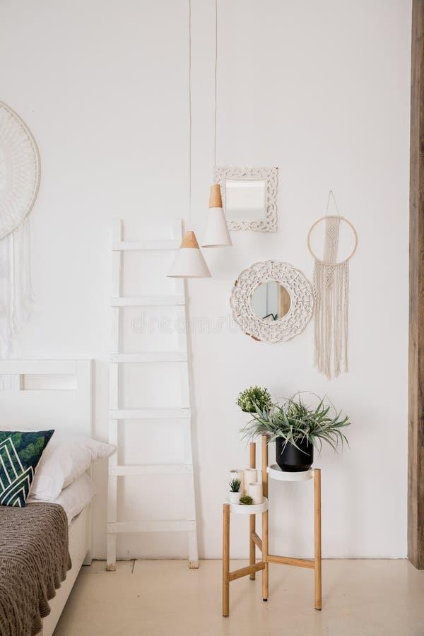 Interior moderno del boho de la sala de estar en el apartamento acogedor Estilo escandinavo de Minimalistic, escalera interior, p foto de archivo