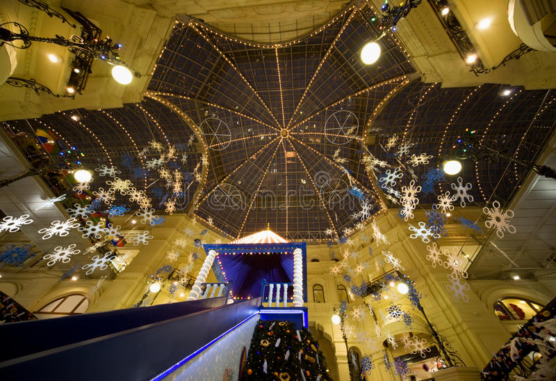Interior moderno del centro comercial en la noche fotos de archivo libres de regalías