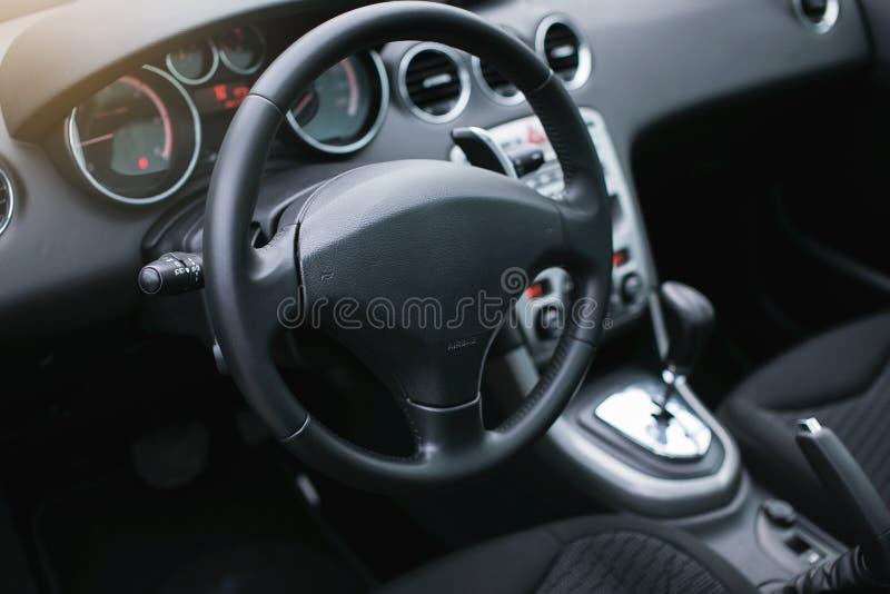 Interior moderno del coche fotos de archivo