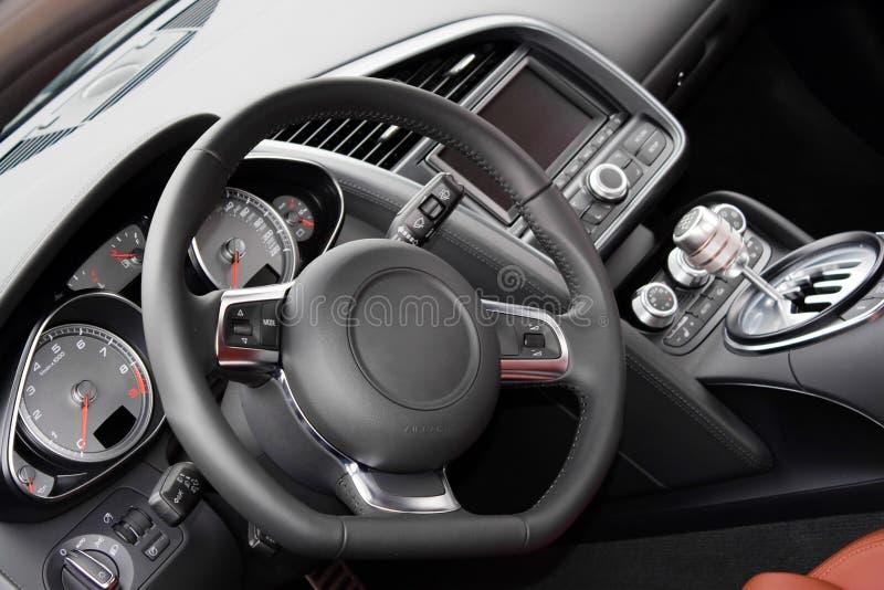 Interior moderno del coche de deportes foto de archivo