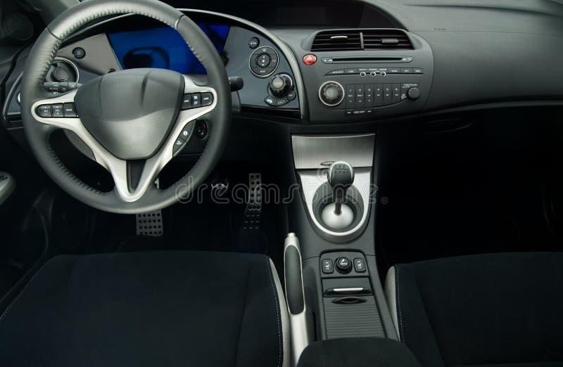 Interior moderno del coche deportivo foto de archivo