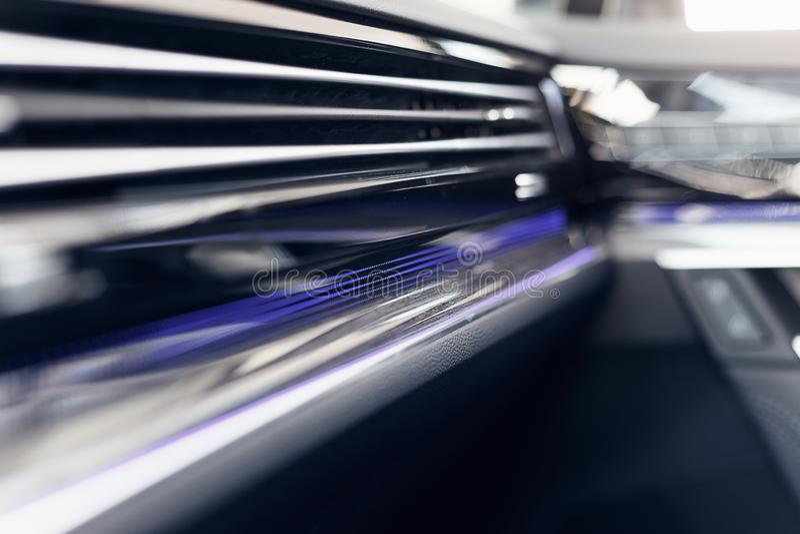Interior moderno del coche Foco suave Tablero de instrumentos iluminado coche moderno Racimo lujoso del instrumento del coche fotos de archivo libres de regalías