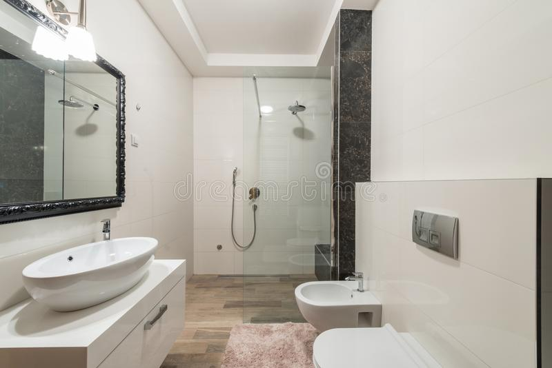Interior moderno del cuarto de baño con la cabina de la ducha en chalet de lujo imágenes de archivo libres de regalías