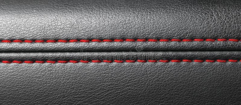 Interior moderno del cuero del negro del coche deportivo Parte de los detalles de cuero del asiento de carro con la costura roja  foto de archivo