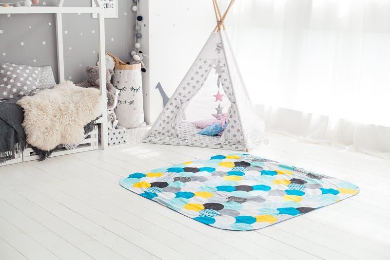 Interior moderno del dormitorio del ` s del niño con la alfombra en frente imágenes de archivo libres de regalías
