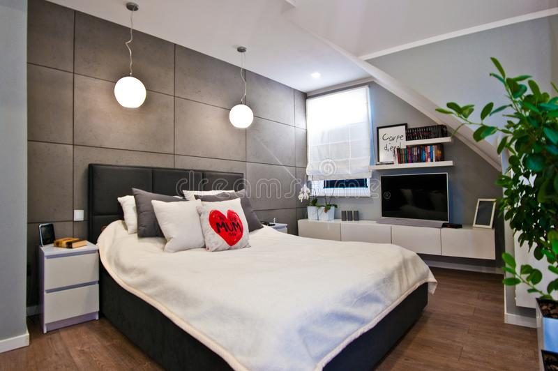 Interior moderno del dormitorio en el sitio del desván granangular foto de archivo