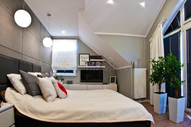 Interior moderno del dormitorio en el sitio del desván granangular fotos de archivo libres de regalías