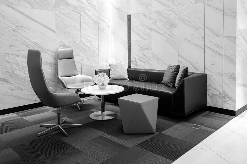 Interior moderno del edificio de oficinas, blanco y negro fotografía de archivo