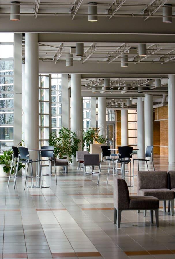 Interior moderno del edificio en campus de la universidad foto de archivo