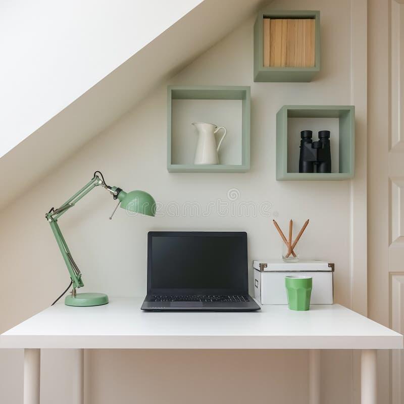 Interior moderno del espacio de trabajo en el apartamento acogedor del ático/del desván fotos de archivo libres de regalías