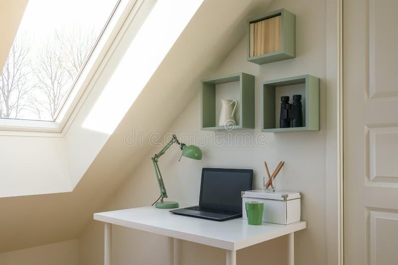 Interior moderno del espacio de trabajo en el apartamento acogedor del ático/del desván imagenes de archivo