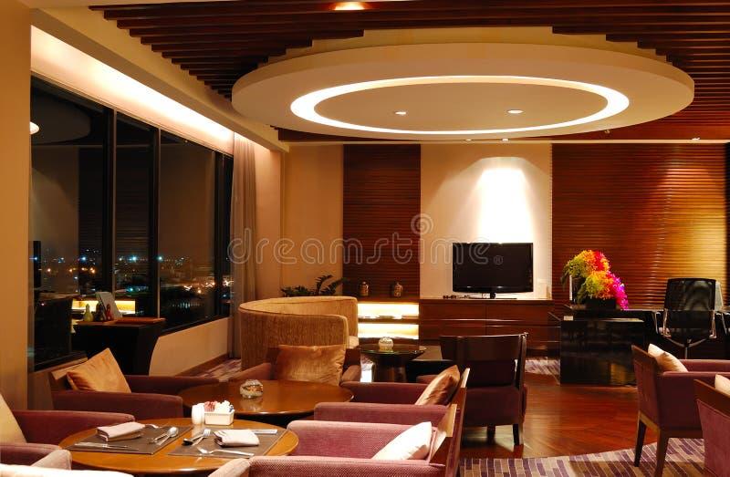 Interior moderno del restaurante en la iluminación de la noche fotografía de archivo