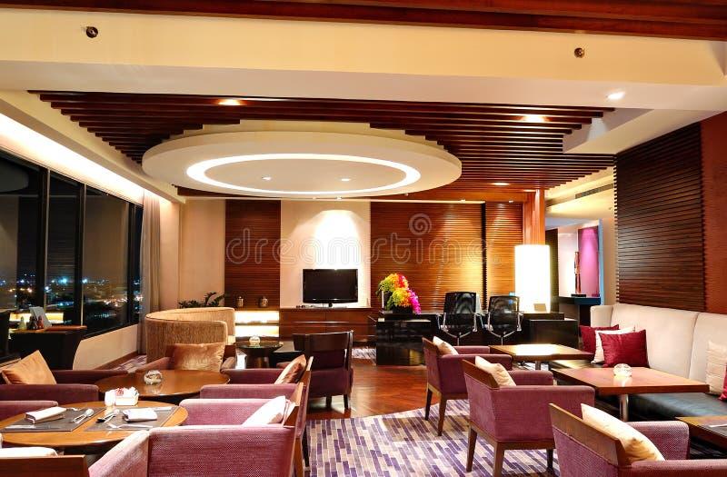 Interior moderno del restaurante en la iluminación de la noche y la opinión de la ciudad imágenes de archivo libres de regalías
