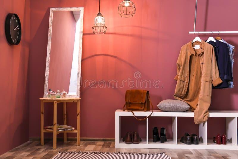 Interior moderno del vestíbulo con ropa de la ejecución imagen de archivo libre de regalías