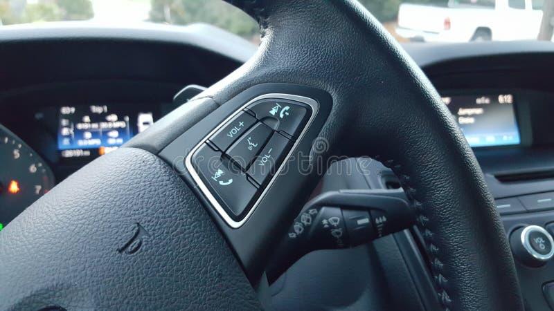 Interior moderno del volante del coche imagenes de archivo