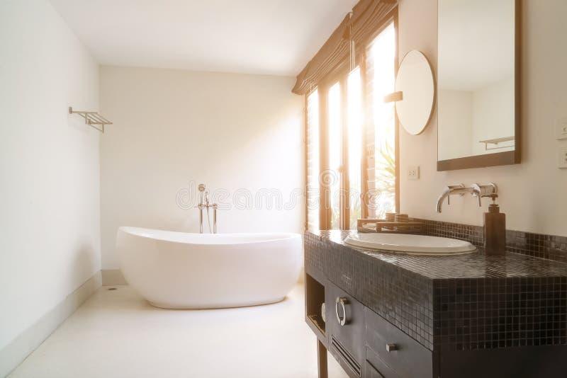 Interior moderno do banheiro com a banheira oval branca fotografia de stock royalty free