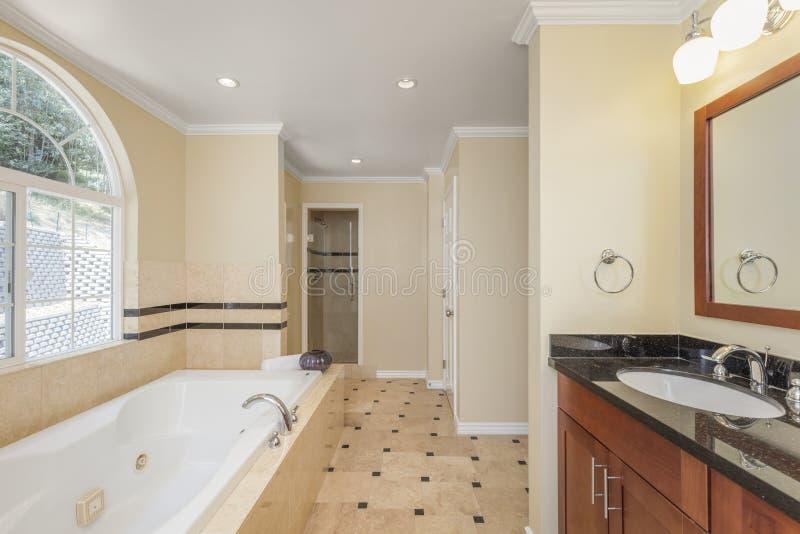 Interior moderno do banheiro no bege imagem de stock