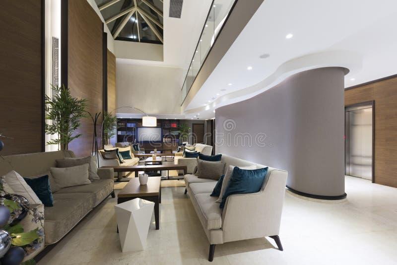 Interior moderno do café da entrada do hotel fotografia de stock royalty free