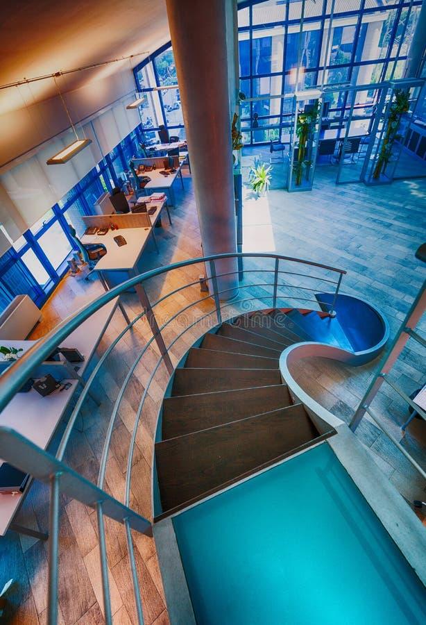 Interior moderno do escritório com escadas circulares Negócio e corpor fotografia de stock