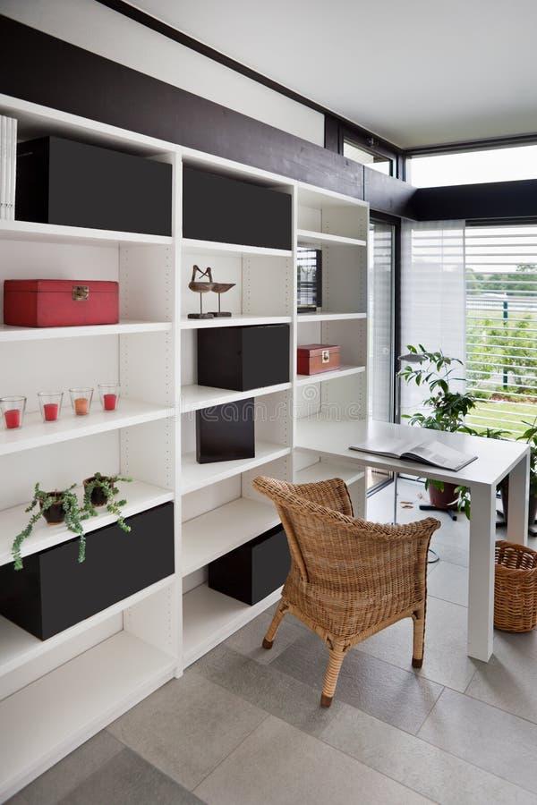 Interior moderno do escritório home fotografia de stock