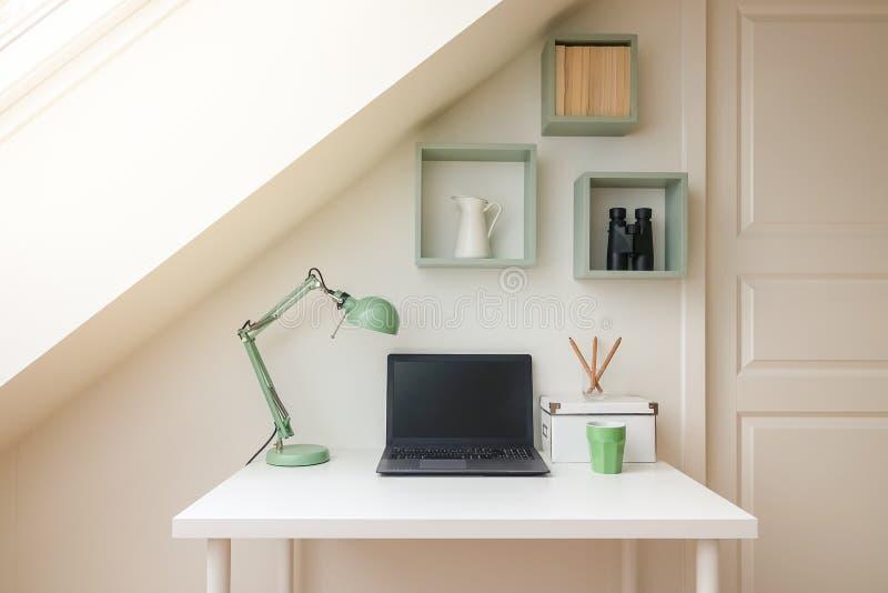 Interior moderno do espaço de trabalho no apartamento acolhedor do sótão/sótão fotografia de stock