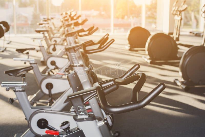 Interior moderno do gym com equipamento, bicicletas de exercício da aptidão foto de stock