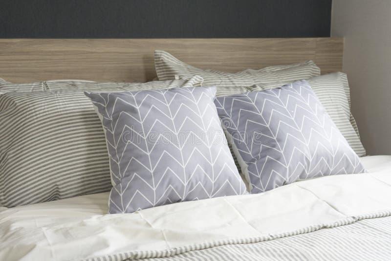 Interior moderno do quarto com cama de madeira imagens de stock royalty free