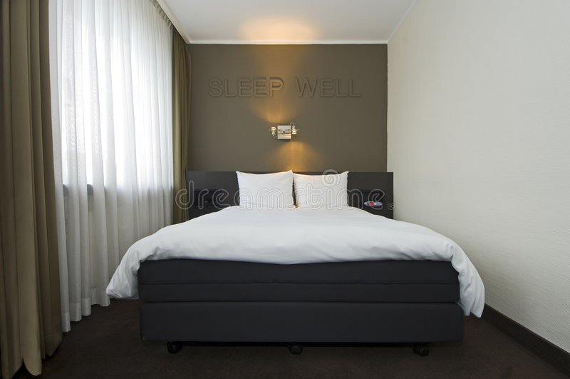 Interior moderno do quarto de hotel foto de stock royalty free