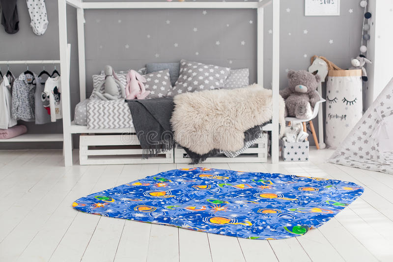Interior moderno do quarto do ` s da criança com tapete na parte dianteira fotografia de stock royalty free