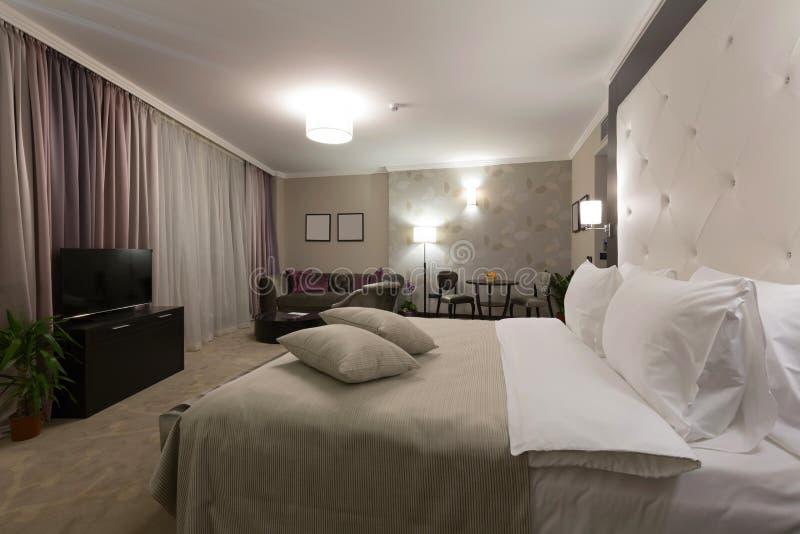 Interior moderno do quarto na noite fotografia de stock royalty free