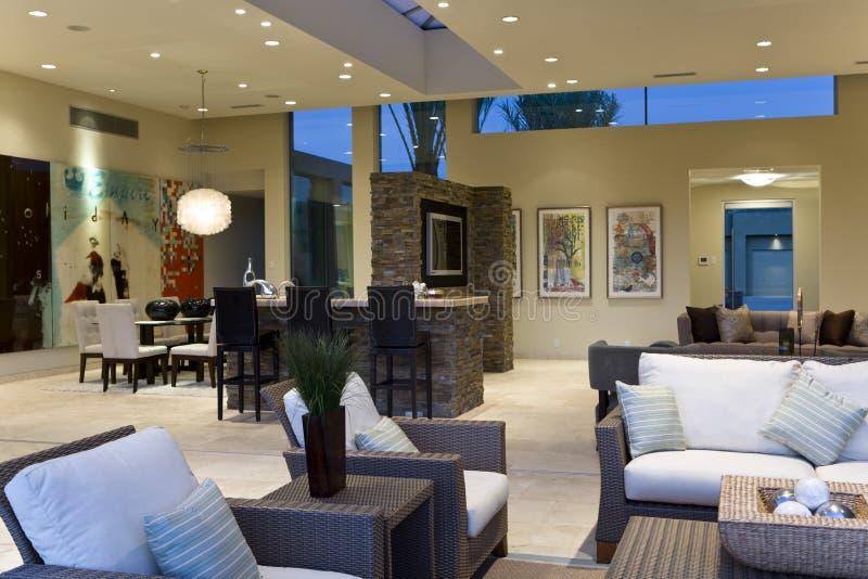 Interior moderno e espaçoso da casa fotos de stock royalty free