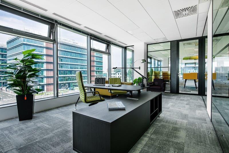 Interior moderno pequeno da sala de reuniões e da sala de reunião do escritório com mesas, cadeiras e opinião da arquitetura da c fotografia de stock royalty free