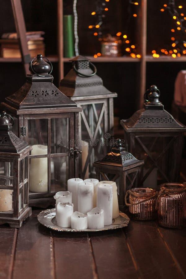 Interior moderno y concepto casero de la decoración Con las velas, las linternas y las palmatorias Piezas de madera imágenes de archivo libres de regalías