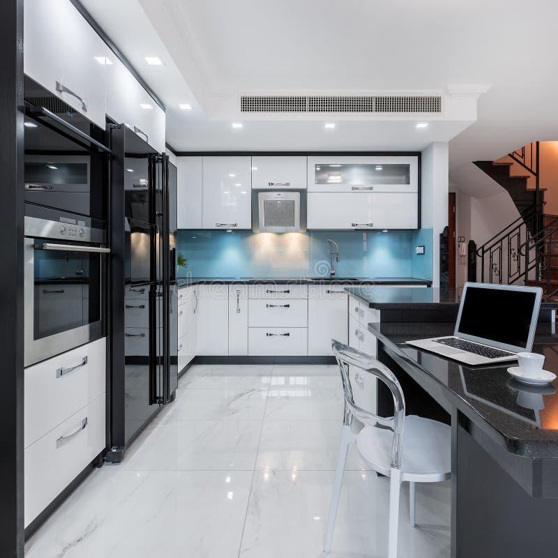 Interior moderno y funcional de la cocina fotos de archivo libres de regalías