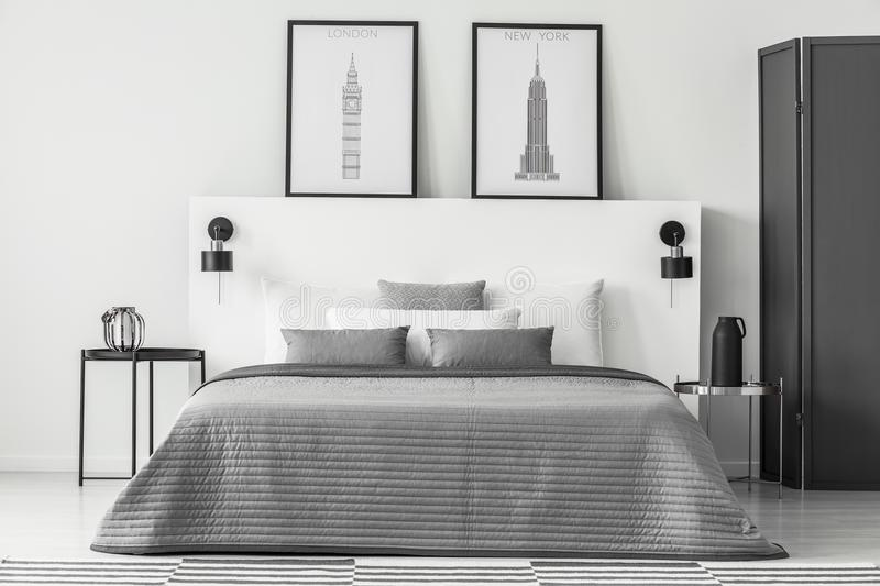 Interior monocromático del dormitorio con los carteles imagen de archivo