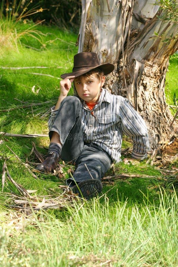Interior muchacho en bushland rugoso fotografía de archivo