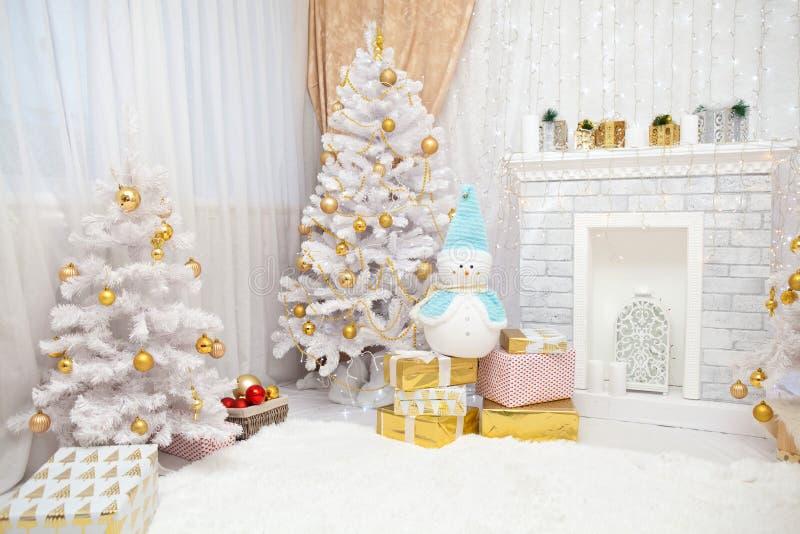 Interior nevoso acogedor del ` s del Año Nuevo fotografía de archivo