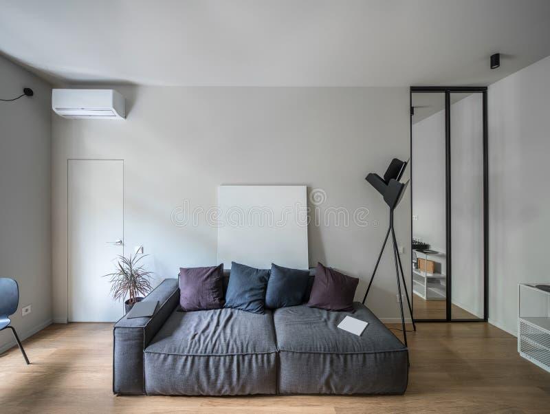 Interior no estilo moderno com paredes leves imagens de stock