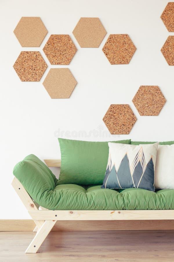 Interior orgânico moderno com sofá foto de stock royalty free