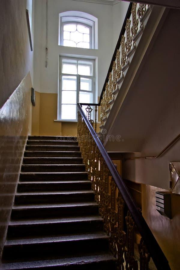 Interior oscuro de la escalera del vintage en el edificio viejo, escalera con la verja forjada fotografía de archivo libre de regalías