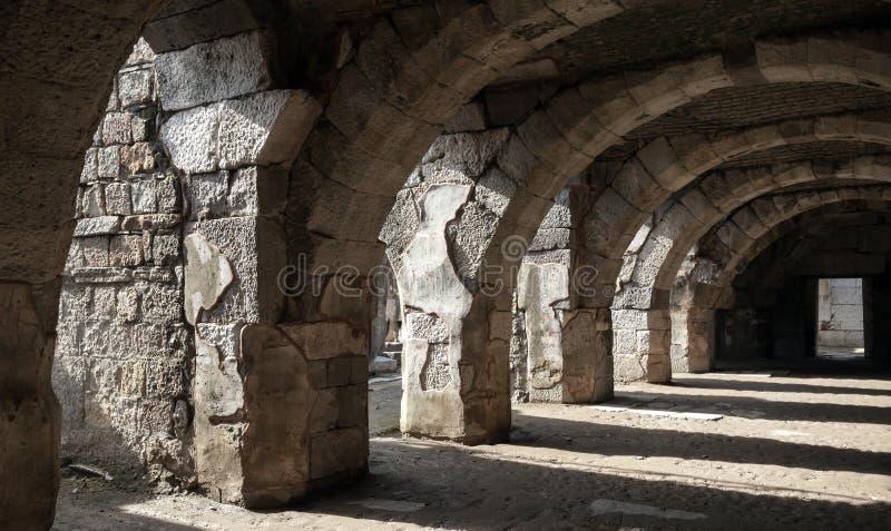 Interior oscuro del pasillo con los arcos Ruinas de Smyrna antiguo foto de archivo