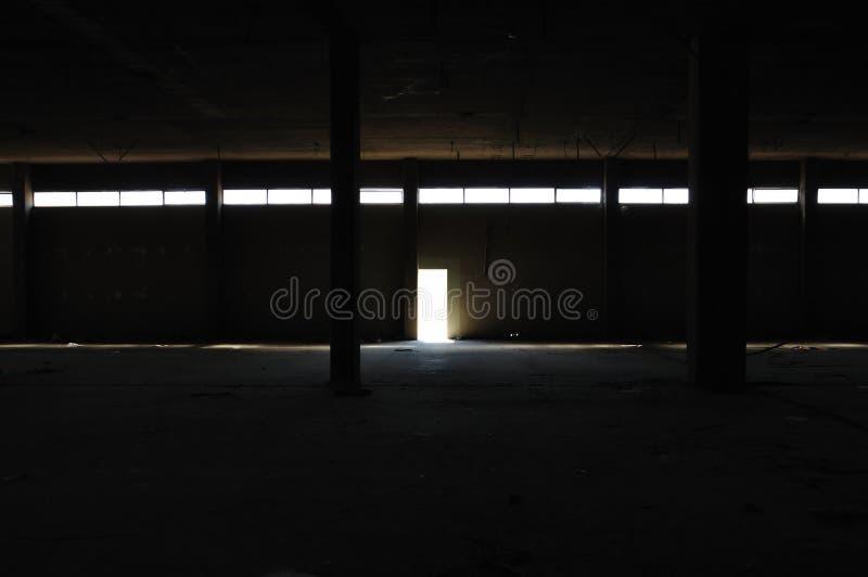 Interior oscuro en fábrica abandonada foto de archivo