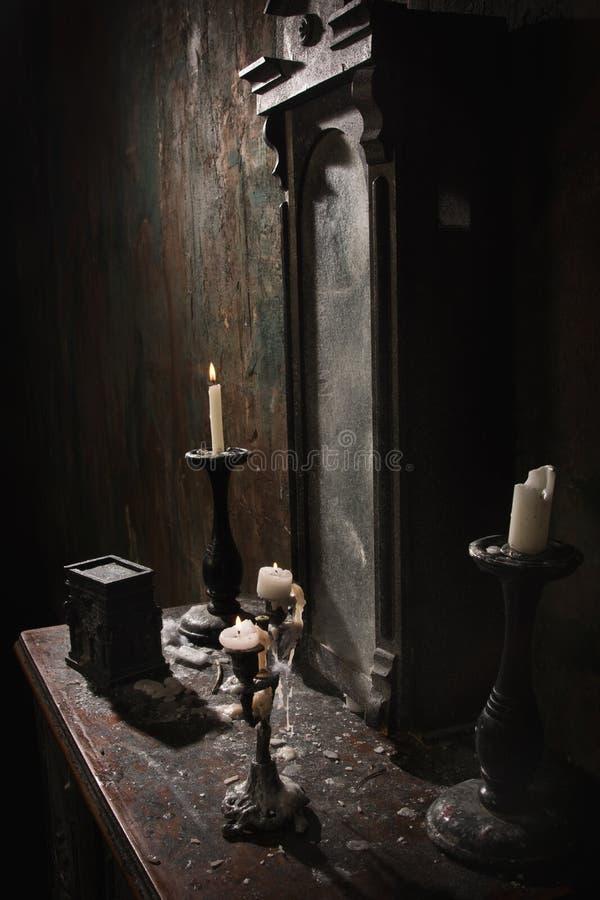 Interior oscuro místico imagenes de archivo