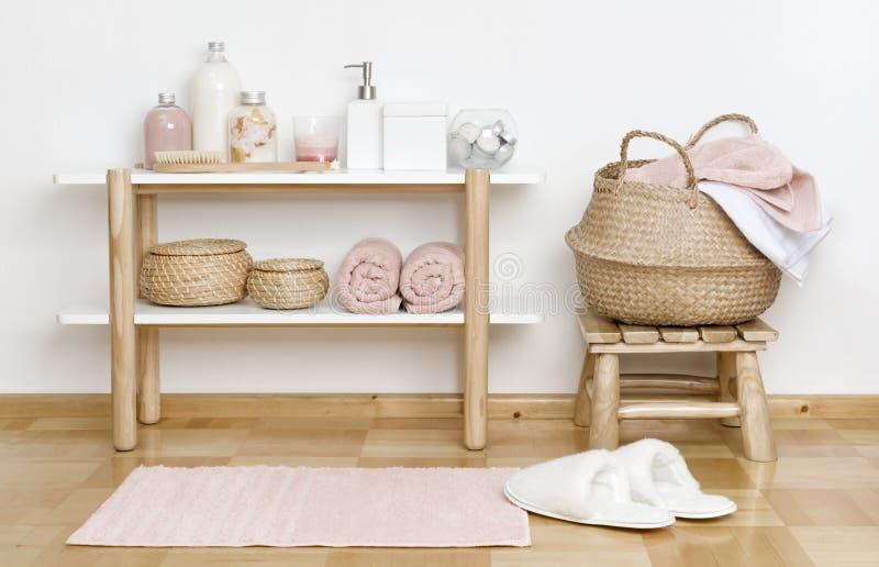 Interior parcial del cuarto de baño con los productos de madera del estante, del taburete y del balneario imagen de archivo libre de regalías