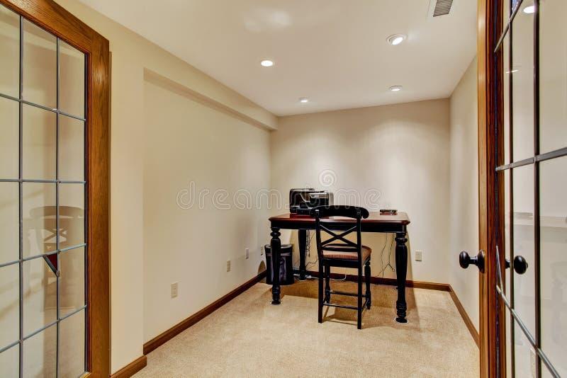 Interior pequeno da sala do escritório fotografia de stock royalty free