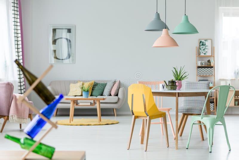 Interior plano en colores pastel espacioso foto de archivo libre de regalías