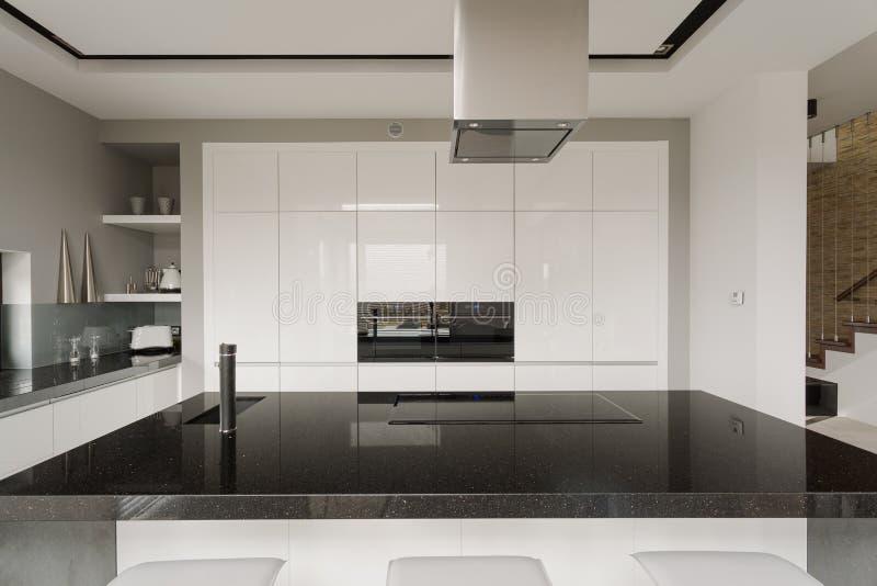Interior preto e branco da cozinha fotos de stock